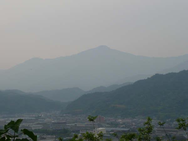 折り重なる山