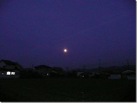 中秋の名月と窓の灯り