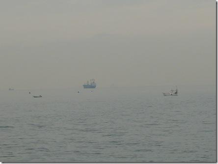 沖に浮かぶ船