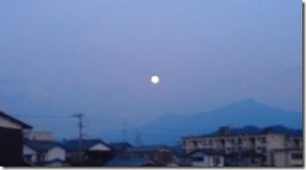 南東に白く丸い月