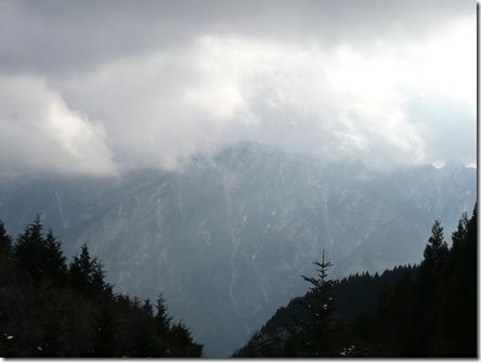 小雪が舞う中、山道を歩きました。